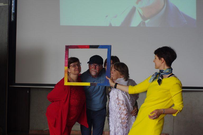 Les citoyens sur la scène du Quai des Arts à Argentan
